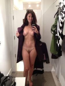 nacktfoto selber mit dem handy gemacht - exfreundin steht im flur ihrer wohnung