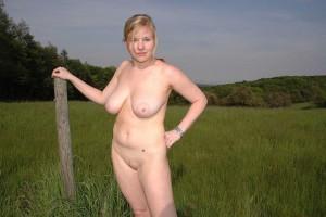 outdoor nude in public im freien nacktfoto von meiner frau - sie mag es sich oeffentlich zu zeigen 32