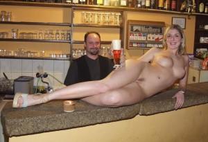 amateur frau nackt in einer kneipe exposed voyeur