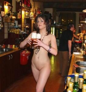 nackte kellnerin sexy amateur bedienung in einer bar komplett nackt