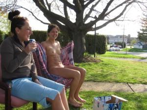 nude in public nackt draussen oeffentlich zeigefreudige sau mit ihrer freundin zeigt sich nackt