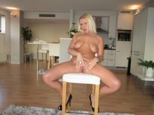 ehefrau milf nackt auf dem stuhl in der kueche masturbation sexy amateur nacktfoto