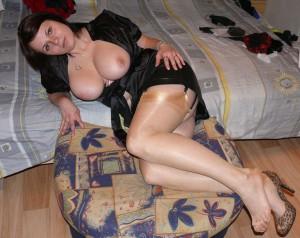 milf in strapsen nacktfoto privates foto auf dem bett