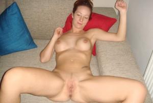milf nackt auf dem bett liegend beine breit