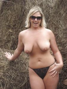 privates nacktfoto oeffentlich nackt ehefrau zeigt sich voyeur traum foto