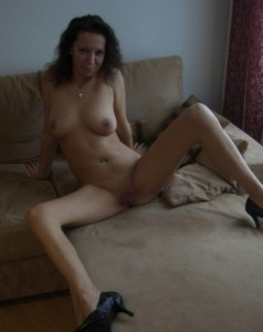 amateurfotze in schuhen auf dem bett nackt