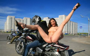 beine breit nude in public auf dem motorrad nackt draussen oeffentlich exhibitionistin