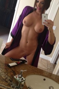 iphonw whatsapp nackt selfie im badezimmer im bademantel
