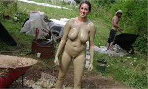 nackt mit lehm eingesaut