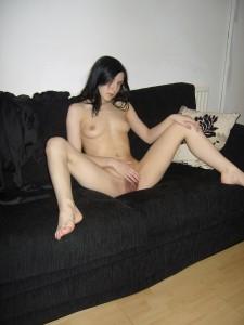 spread legs beine breit amateur nackte freundin auf dem sofa