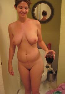 tanja nackt mit einem glas wein