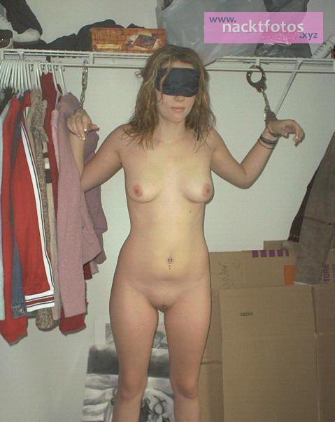 Nackt zu hause freundin Amateur Porno