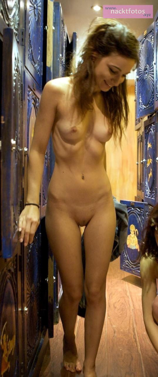 In umkleidekabine nackt der Trainiertes Teengirl