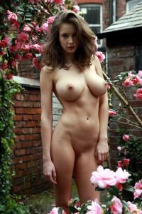 nackt im rosengarten