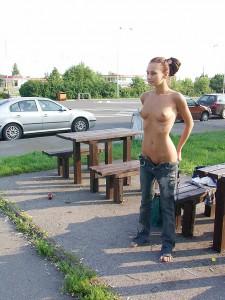 nackt nur in jeans draussen