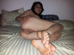nacktfoto privat auf dem bett nackt