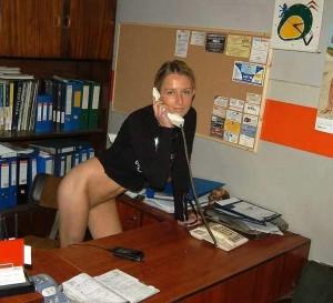 sekretaerin ohne slip am telefon im buero amateur foto