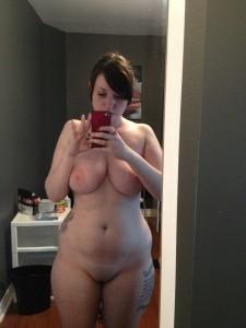 geile mollige freundin mit tattoos macht nackt selfie