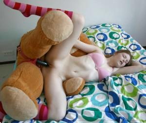 joke foto strapon dildo teddy bear teen wird vom kuscheltier gefickt