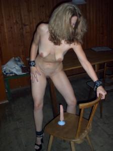 amateur sklavin foto sie muss sich auf einen dildo setzen
