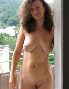 nackt auf dem balkon