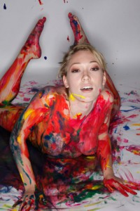 geile frau actionpainting nackt koerper bemalt mit farbe