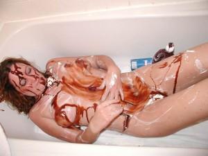 versaute nackte ehefrau schmiert sich in der badewanne mit schokososse und sahne voll 1