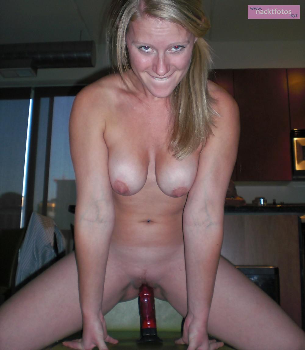 Nackt Mit Dildo