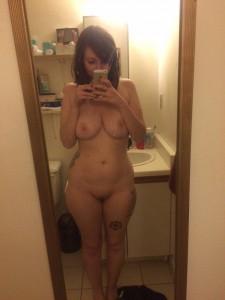 taetowierte frau sexy nackt foto selfie