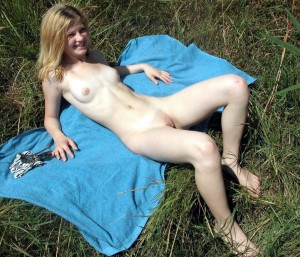 nude-young-girlfriend-in-public-in-the-grass-amateur-photo